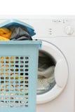 Mandhoogtepunt van kleren en klerenwasmachine stock foto