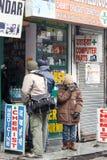 Mandi, Ινδία - 20 Ιανουαρίου: Στο τοπικό φαρμακείο φαρμακείων ο τουρίστας πρόκειται να αγοράσει την ιατρική στοκ εικόνα με δικαίωμα ελεύθερης χρήσης