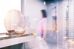 Mandi in aria il bagno interno, il doppio lavandino, sfuocatura della doccia Fotografia Stock Libera da Diritti