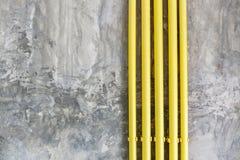 Mandi in aria il fondo di struttura della parete di stile con il tubo giallo Fotografie Stock