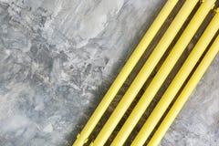 Mandi in aria il fondo di struttura della parete di stile con il tubo giallo Immagini Stock Libere da Diritti