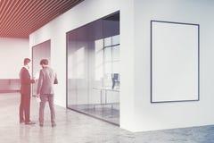 Mandi in aria l'ingresso bianco dell'ufficio dello spazio aperto, la gente del manifesto Fotografia Stock