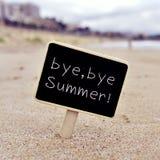 Mandi un sms al arrivederci, l'estate di arrivederci in un'insegna sulla spiaggia Immagine Stock Libera da Diritti