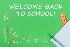 Mandi un sms al benvenuto di nuovo alla scuola, le miniature di legno dei rifornimenti di scuola, taccuino con il righello, penna Immagine Stock Libera da Diritti