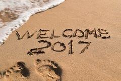 Mandi un sms al benvenuto 2017 nella sabbia di una spiaggia Fotografia Stock Libera da Diritti