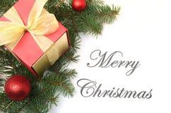 Mandi un sms al Buon Natale su carta con l'pelliccia-albero, i rami, le palle di vetro colorate, la decorazione ed i coni su un f Fotografia Stock Libera da Diritti