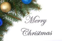 Mandi un sms al Buon Natale su carta con l'pelliccia-albero, i rami, le palle di vetro colorate, la decorazione ed i coni su un f Immagine Stock Libera da Diritti