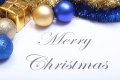 Mandi un sms al Buon Natale su carta con le palle ed il contenitore di regalo Immagini Stock