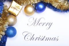Mandi un sms al Buon Natale su carta con le palle ed il contenitore di regalo blu Immagine Stock