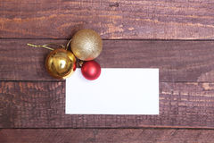 Mandi un sms al Buon Natale su carta con le palle sopra fondo di legno Fotografia Stock
