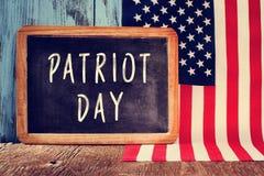 Mandi un sms al giorno del patriota in una lavagna e nella bandiera del unito immediatamente Immagine Stock Libera da Diritti
