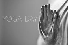 Mandi un sms al giorno di yoga ed alla mano di Buddha Fotografia Stock