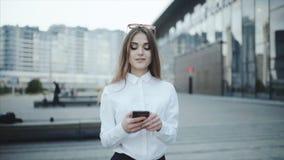 Mandi un sms al messaggio nel messaggero o nella rete sociale, chiacchierata Timlider sta provando a controllare un volo attraver video d archivio