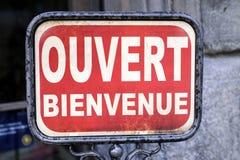 Mandi un sms al ouvert bienvenue, benvenuto aperto in francese Immagini Stock