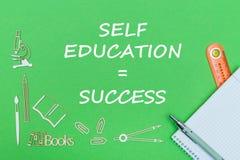 Mandi un sms al successo di istruzione di auto, le miniature di legno dei rifornimenti di scuola, taccuino con il righello, penna Fotografie Stock Libere da Diritti