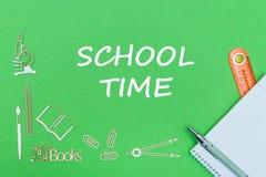 Mandi un sms al tempo della scuola, le miniature di legno dei rifornimenti di scuola, taccuino con il righello, penna sul piano d Fotografie Stock Libere da Diritti