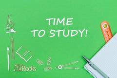 Mandi un sms al tempo di studiare, miniature di legno dei rifornimenti di scuola, taccuino con il righello, penna sul piano di so Fotografia Stock