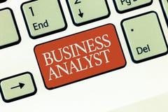 Mandi un sms alla foto di Conceptual dell'analista di affari di rappresentazione del segno qualcuno che analizzi il grande domini immagine stock