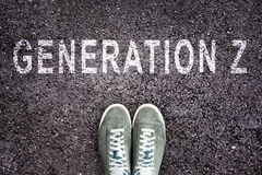 Mandi un sms alla generazione Z scritta su asfalto con le scarpe, concetto della generazione Z Fotografie Stock