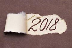 Mandi un sms alla pianificazione 2018 che compare dietro la carta marrone strappata fotografie stock