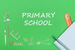 Mandi un sms alla scuola primaria, le miniature di legno dei rifornimenti di scuola, taccuino con il righello, penna sul piano di Fotografia Stock Libera da Diritti
