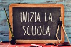 Mandi un sms allo scuola della La di inizia, di nuovo alla scuola in italiano Immagini Stock
