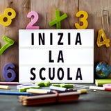 Mandi un sms allo scuola della La di inizia, di nuovo alla scuola in italiano Fotografie Stock