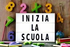 Mandi un sms allo scuola della La di inizia, di nuovo alla scuola in italiano Fotografia Stock