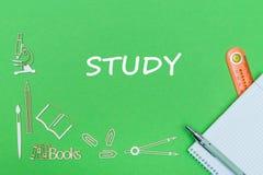 Mandi un sms allo studio, le miniature di legno dei rifornimenti di scuola, taccuino con il righello, penna sul piano di sostegno Fotografia Stock