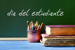 Mandi un sms a dia del estudiante, il giorno degli studenti nello Spagnolo Immagine Stock