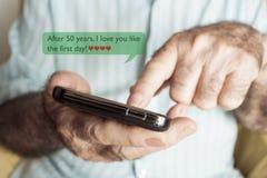 Mandi un sms a dopo 50 anni ti amo come il primo giorno Immagini Stock Libere da Diritti