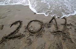Mandi un sms a durante l'anno 2017 sulla sabbia del mare che aspetta per essere cance Immagini Stock Libere da Diritti