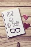 Mandi un sms a feliz dia del padre, il giorno di padri felice nello Spagnolo Fotografia Stock