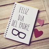 Mandi un sms a feliz dia del padre, il giorno di padri felice nello Spagnolo Fotografie Stock Libere da Diritti