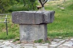Mandi un sms a in greco il greco antico sulla vecchia tavola di pietra Fotografie Stock