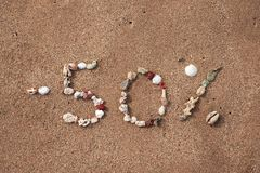 Mandi un sms a 50 per cento sulla sabbia fatta dalle coperture Fotografia Stock Libera da Diritti