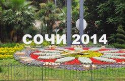 Mandi un sms a Soci 2014 accanto al letto di fiore luminoso nella città Immagine Stock Libera da Diritti