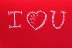 Mandi un sms a ti amo, scritto da gesso su un bordo rosso San Valentino romantico della st della carta Immagini Stock
