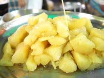 Mandioca hervida en jarabe. Imagen de archivo libre de regalías