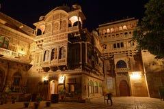 Mandir宫殿入口在夜之前 免版税库存图片