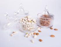 mandlar och pistasch i den glass bunken på en bakgrund Royaltyfri Foto