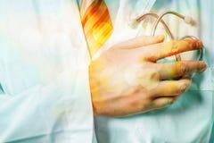 Mandoktor med främre sikt för stetoskopnärbild vart begreppshanden har den sena pillen för sjukvårdhjälp arkivfoton