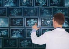 Mandoktor som påverkar varandra med medicinska manöverenheter Arkivfoto