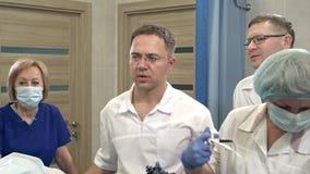 Mandoktorer som klarar av den moderna endoscopen med sjuksköterskor arkivfilmer