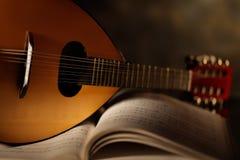 Mandolina con la partitura musical fotos de archivo