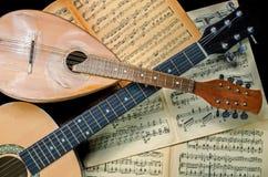 Mandoline en gitaar met de vage boeken van de bladmuziek royalty-vrije stock afbeelding