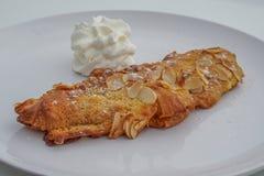 Mandorle del croissant con crema Fotografie Stock