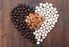 Mandorle di Candy in cioccolato bianco e nero. Immagine Stock Libera da Diritti