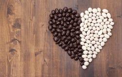 Mandorle di Candy in cioccolato bianco e nero. Fotografia Stock