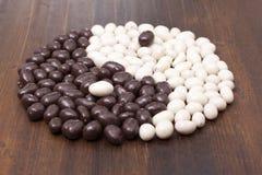 Mandorle di Candy nel briciolo del cioccolato Fotografia Stock